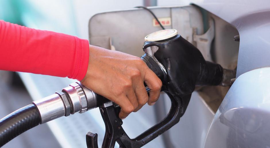 """UOKiK skontrolował stacje benzynowe. """"Chrzczenie"""" paliwa wciąż problemem"""