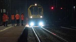 Kolejarze szlifują szyny na trasie z Poznania do Warszawy