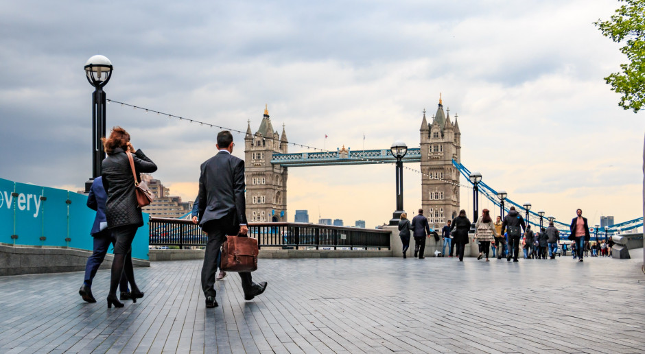 Przeciętna brytyjska pensja po raz pierwszy przekroczyła poziom sprzed kryzysu