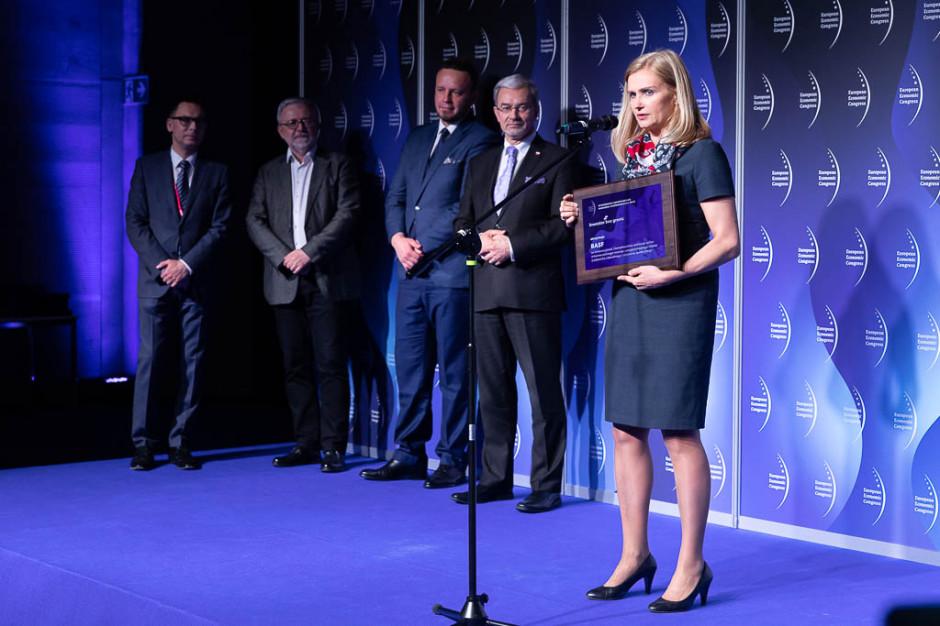 -  Jesteśmy obecni na polskim rynku od 27 lat - mówiła odbierając wyróżnienie Katarzyna Byczkowska, dyrektor generalna BASF Polska. Dodała, że od 2014 roku działa w Polsce fabryka katalizatorów. - Jesteśmy w trakcie rozbudowy tego zakładu, żeby ograniczyć zużycie energii elektrycznej - dodała, podkreślając zaangażowanie koncernu w realizację celów zrównoważonego i odpowiedzialnego rozwoju.