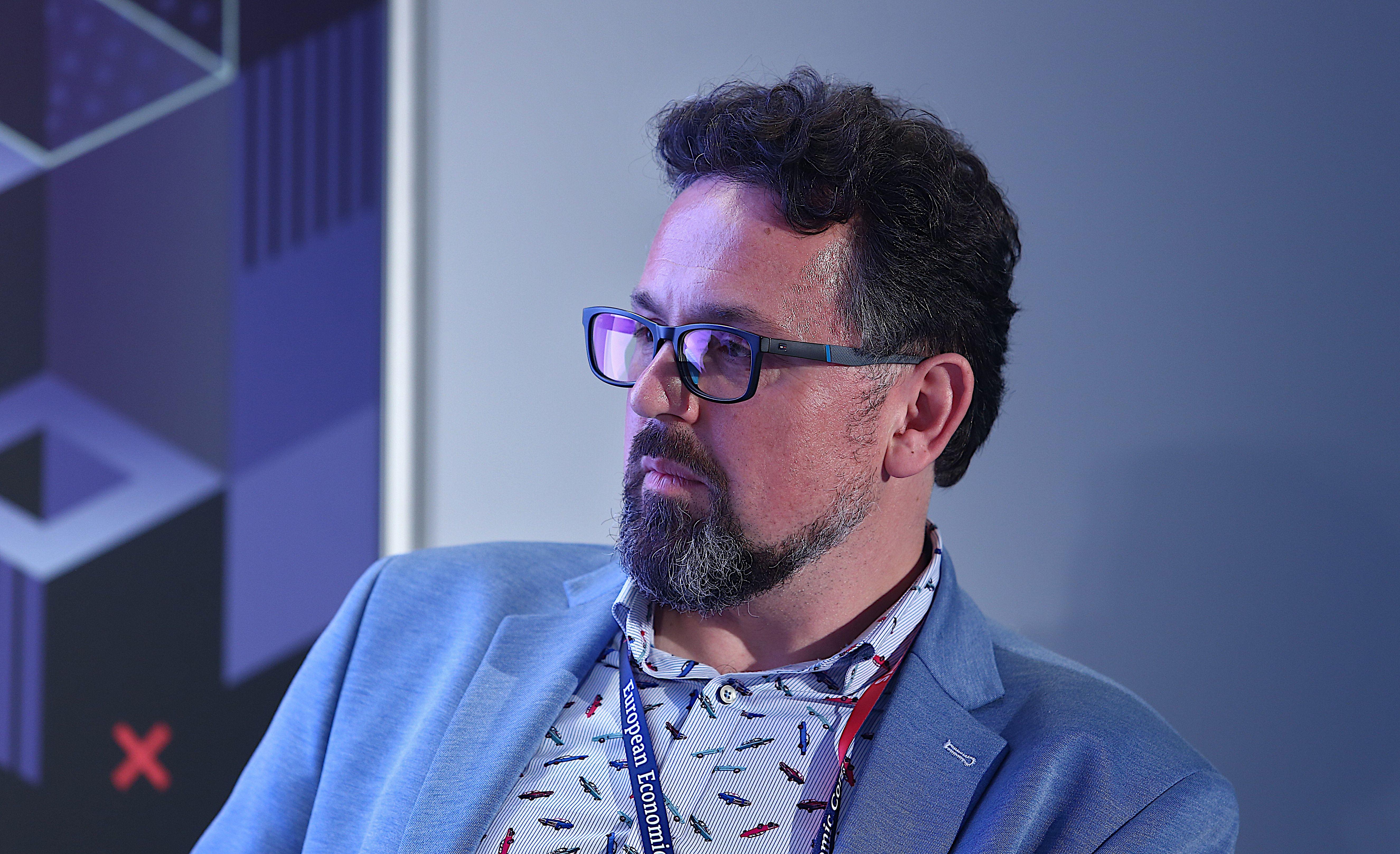 Sebastian Szymański - moderator dyskusji (fot. PTWP)