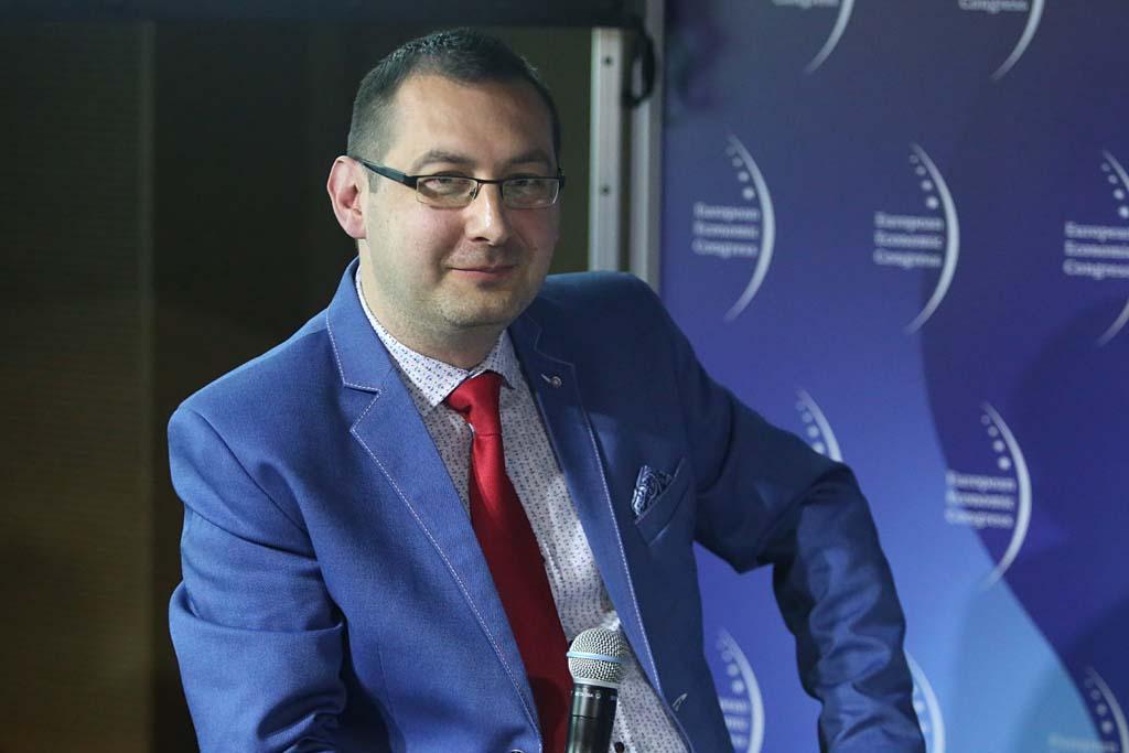 """Sesję """"Rok funkcjonowania Konstytucji Biznesu z perspektywy sektora MŚP"""" w trakcie Europejskiego Kongresu Gospodarczego moderował Krzysztof Budka, dziennikarz, Stream1 (fot. PTWP)"""