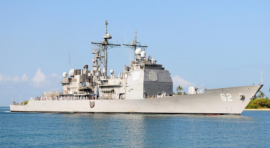 Amerykański krążownik rakietowy na kolizyjnym kursie z rosyjskim niszczycielem