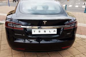 Tesla obniża ceny