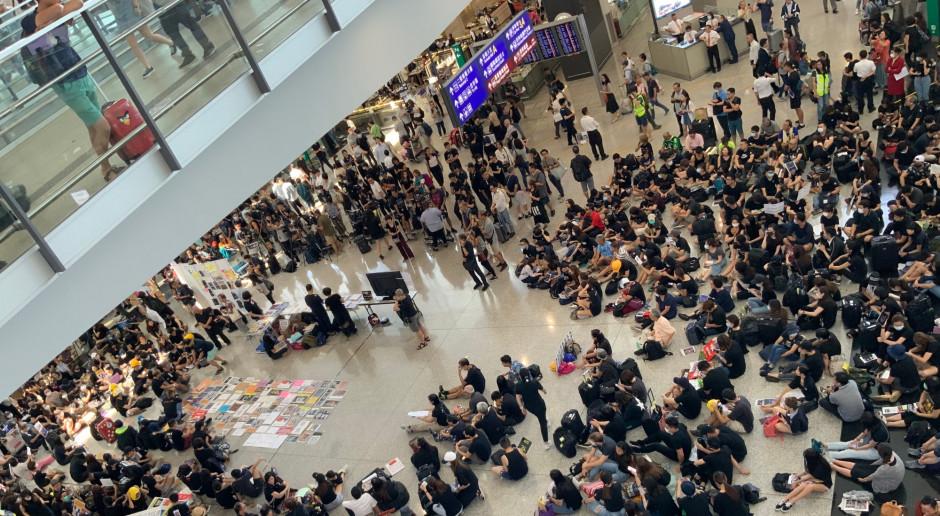 Lotnisko w Hongkongu ze wzmocnioną ochroną wznowiło działalność