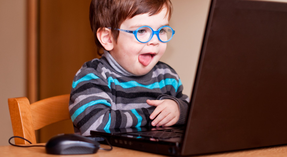 Rodzice chcą, by dzieci kontrolowały czas przed ekranem, ale sami mają z tym problem