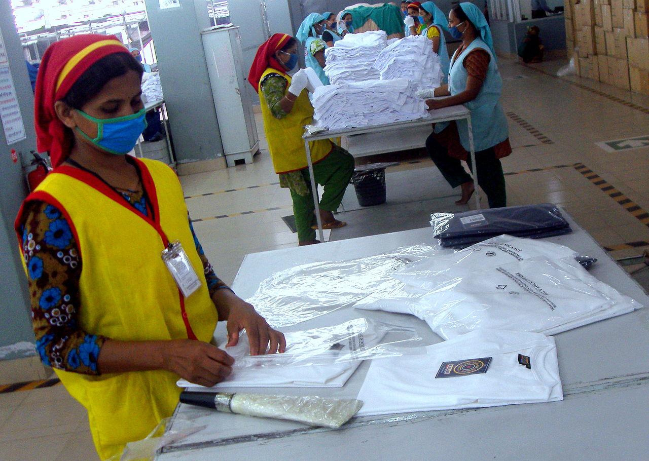 W ciągu ostatniego piętnastolecia Bangladesz stał się drugim na świecie eksporterem gotowej odzieży, przyczyniając się w znacznej mierze do rozwoju trendu fast fashion. Fot. Fahad Faisal/wikimedia, licencja CC BY 2.0