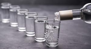 Indie: Kandydaci w lokalnych wyborach darmowym alkoholem zachęcają do głosowania