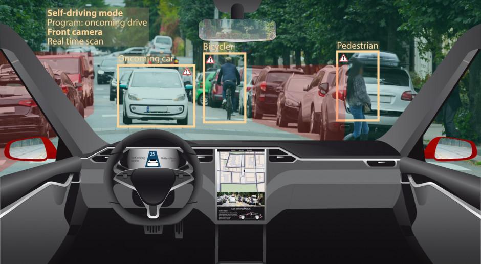 Tesla na autopilocie uderzyła w samochód policyjny
