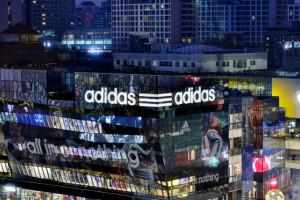 Adidas zaprezentował kolekcję sneakersów w kolorach Lego