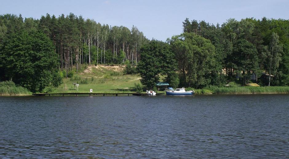 Linia energetyczna pod dnem między mazurskimi jeziorami. Operator uspokaja