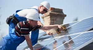 Kończy się instalacja paneli fotowoltaicznych na dachu łódzkiej poradni zdrowia