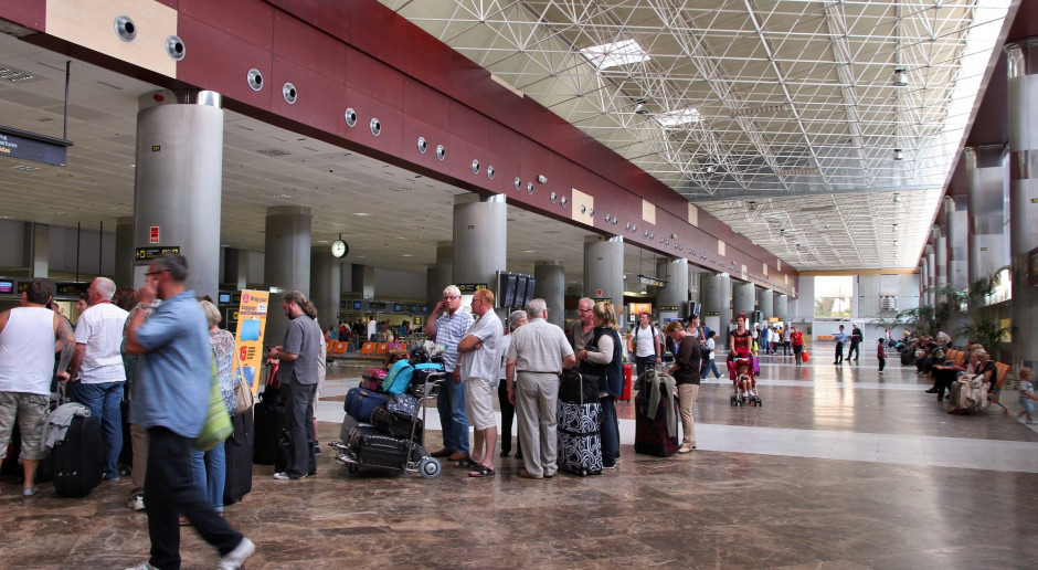 Tysiące turystów koczuje na kanaryjskich lotniskach z powodu złej pogody