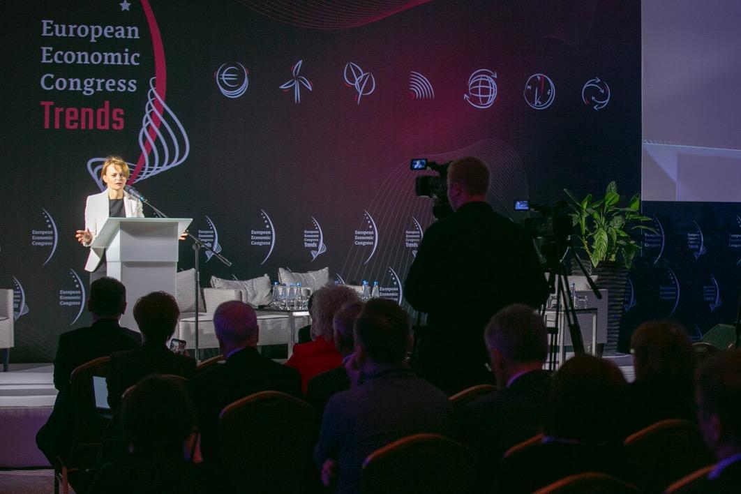 Przygotowywane są nowe narzędzia, które mają ożywić inwestycje przedsiębiorstw - mówiła minister Emilewicz (Fot. PTWP )