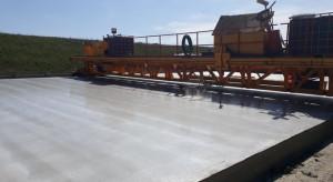 Na łódzkim odcinku A1 rozpoczęto układanie betonowej nawierzchni
