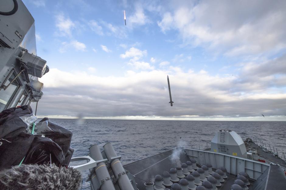 Linia produkcji rakiet CAMM dla systemu Narew może służyć do budowy pocisków CAMM dla okrętów wojennych, a nawet pocisków ASRAAM, w które można uzbroić samoloty, takie jak F-35 (program Harpia), F-16 lub M-346,Sea-Ceptor-firing. fot.MBDA