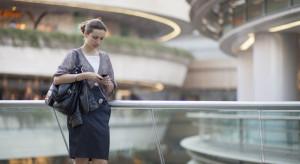 Kobiety częściej nieobecne w pracy i bardziej zagrożone jej utratą