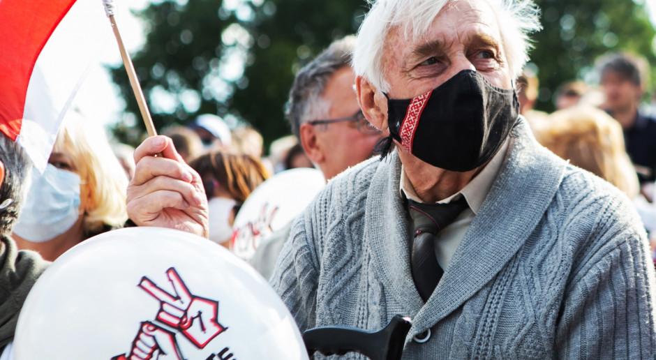 """Białoruś: Mieszkańcy miast zbierają się na protesty o nazwie """"marsz sąsiadów"""""""