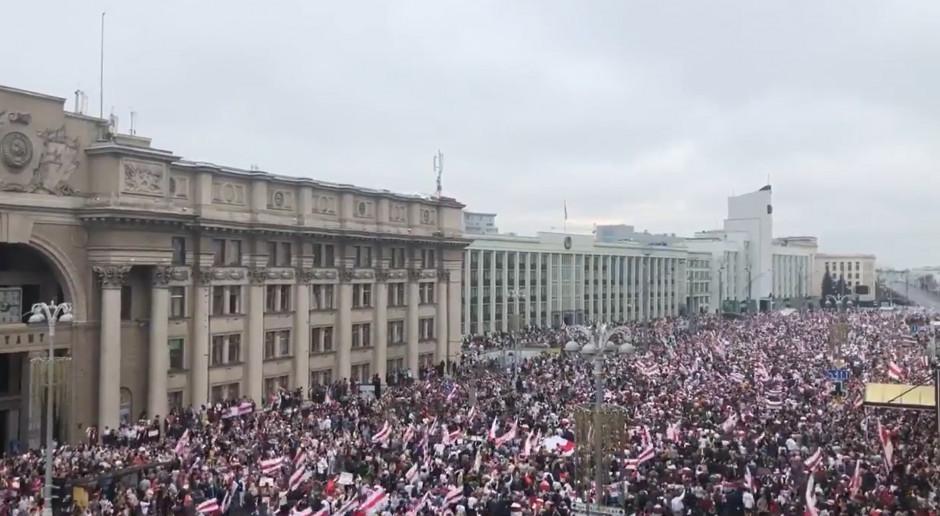 Tłumy protestowały przeciwko Łukaszence. Ten paradował z bronią