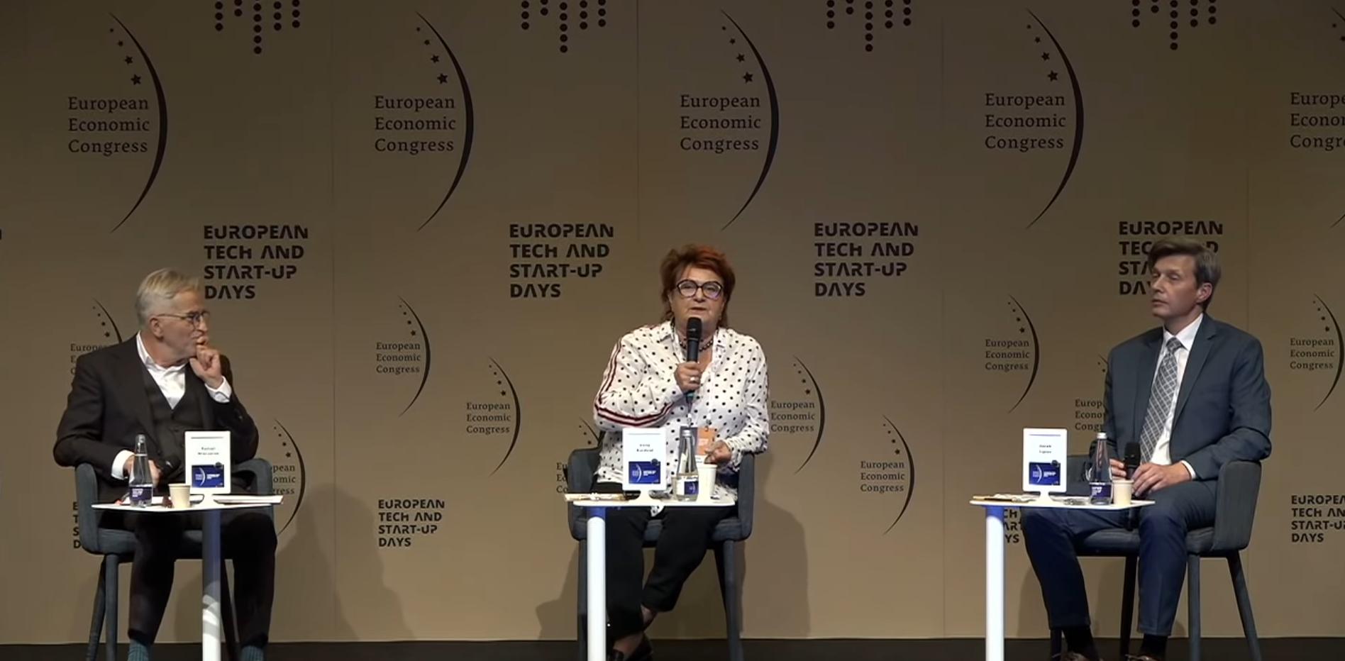 """Sesja """"Budowanie firmy wielopokoleniowej"""" odbyła się w formule hybrydowej, jak cały Europejski Kongres Gospodarczy 2020. Część panelistów łączyła się z Katowicami za pośrednictwem internetu. (fot. PTWP)"""