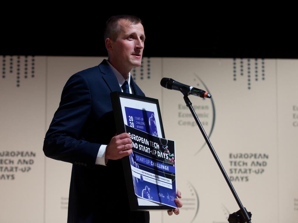 Krzysztof Przybylski tuż po otrzymaniu nagrody w Start-up Challenge. (fot. PTWP)