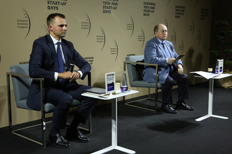 Moderator sesji Przemysław Paprotny, partner w PwC Polska oraz - z prawej - Krzysztof Pietraszkiewicz, prezes Związku Banków Polskich.