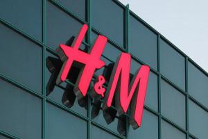 H&M zamknie setki sklepów, stawia na sprzedaż online