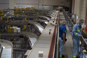 Zaawansowany i rozbudowany system centralnej paletyzacji w zakładzie Twinings umożliwił poprawę efektywności i obniżenie kosztów działania