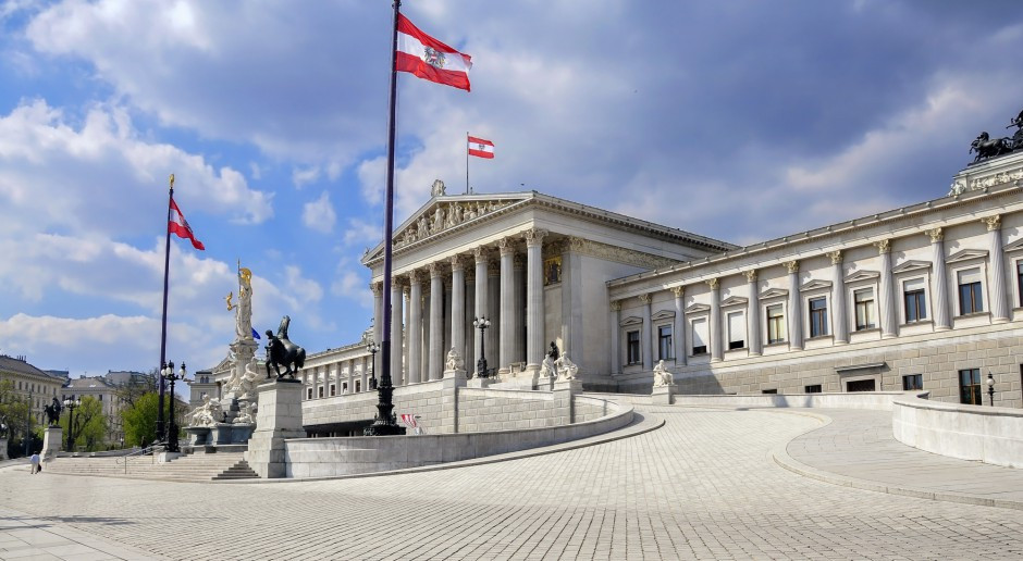 Austria: rząd chce zakazać stosowania przyłbic zamiast maseczek