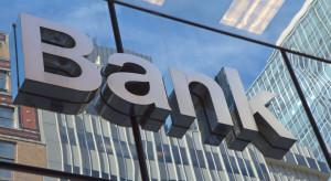 Zysk netto sektora bankowego spadł prawie o połowę