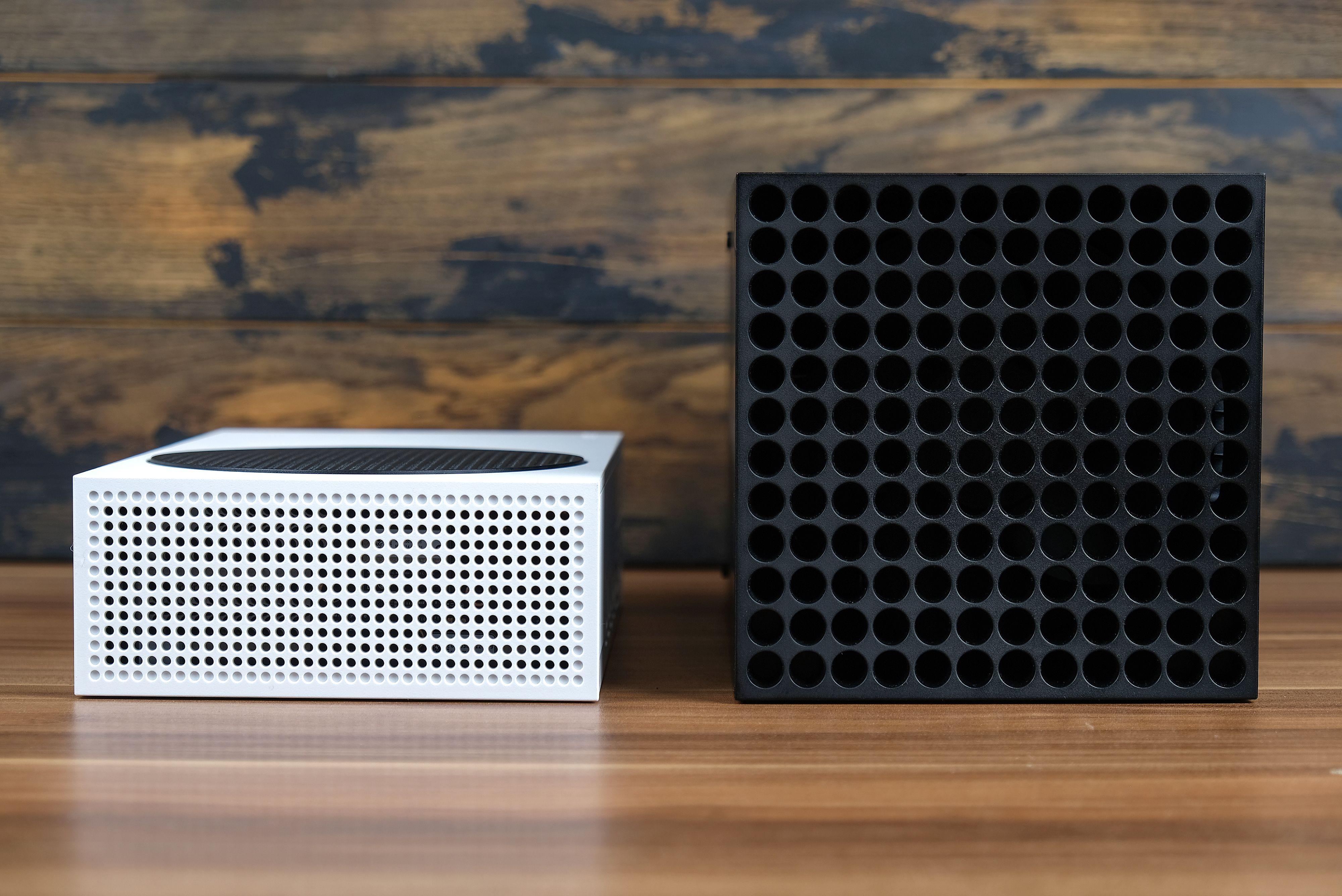 Konsole Xbox S oraz Xbox X (fot. ESOlex / Shutterstock.com)