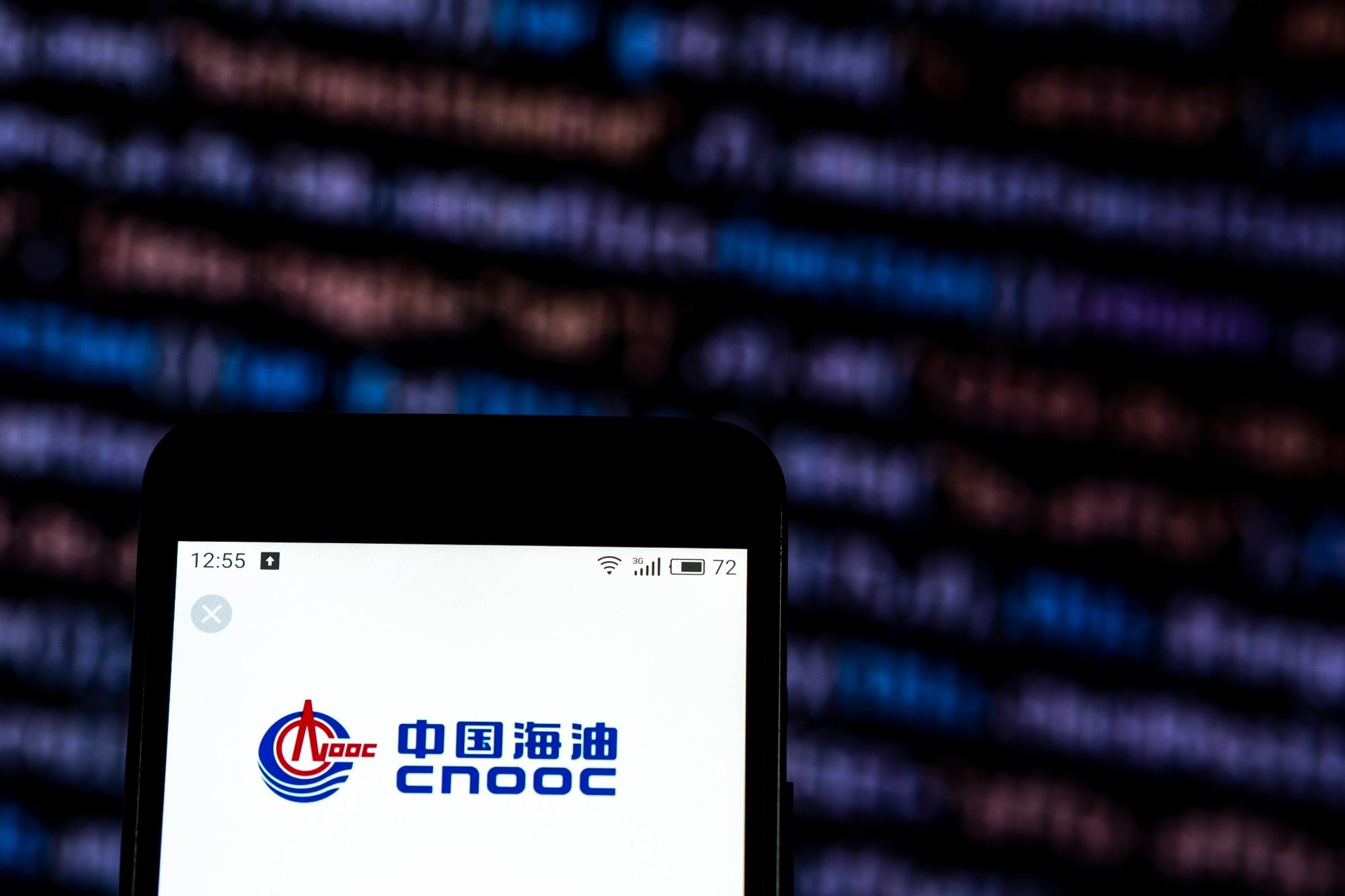 """W tydzień po dodaniu do listy """"komunistycznych chińskich firm wojskowych"""" notowania akcji CNOOC spadły łącznie o 20 proc. (najgorszy wynik od załamania globalnego rynku naftowego w marcu br.). Fot. Shutterstock"""