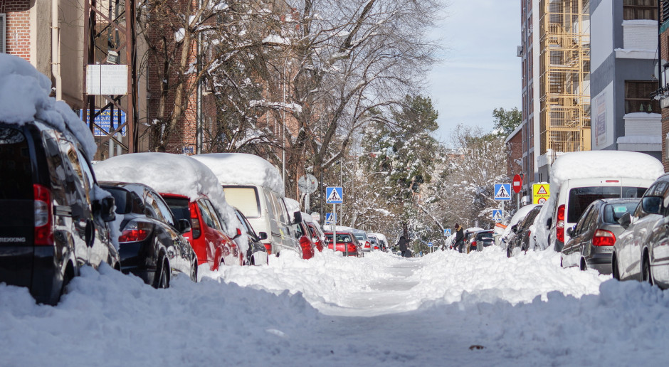 Mrozy i śnieg przyniosły w Europie chaos na ulicach, smog, lawiny