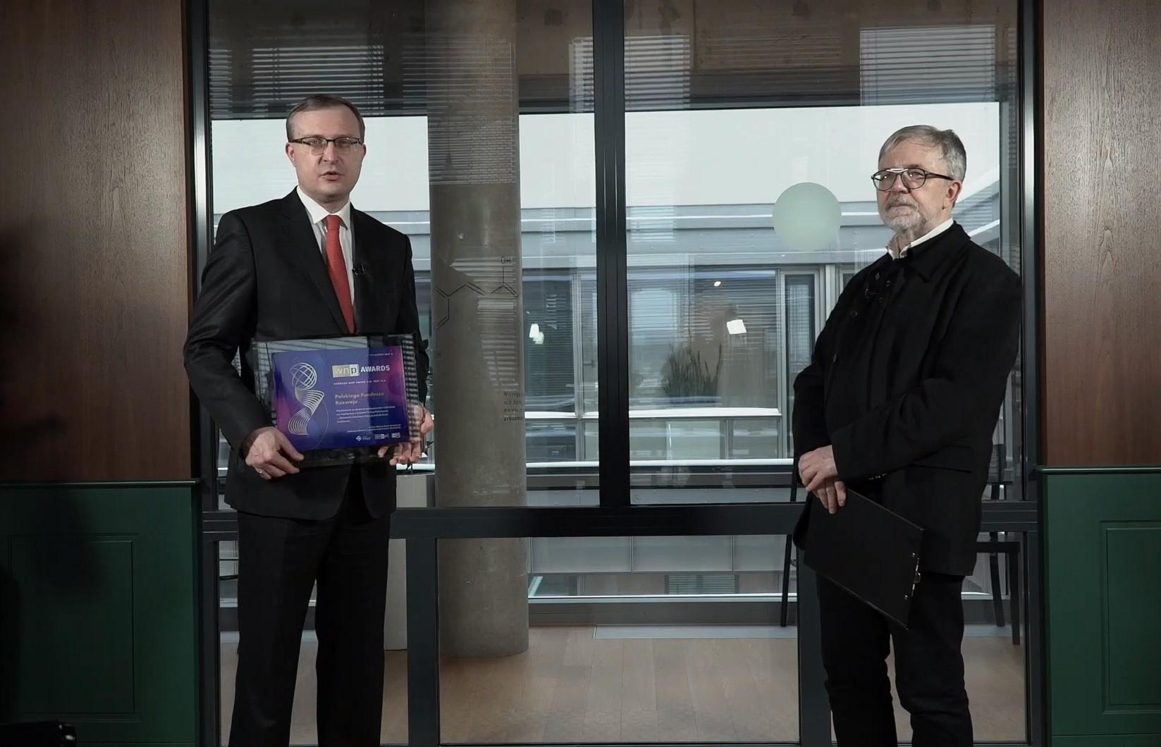 Prezesowi Polskiego Funduszu Rozwoju Pawłowi Borysowi nagrodę wręczył redaktor naczelny Nowego Przemysłu Jacek Ziarno.