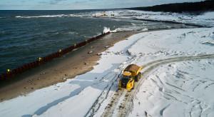 Zima nie opóźnia prac przy budowie kanału żeglugowego przez Mierzeję