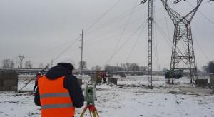 Energetycy przebudowują linię nad koleją