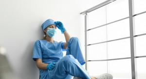 Rząd gorączkowo szuka lekarzy. Ma plan