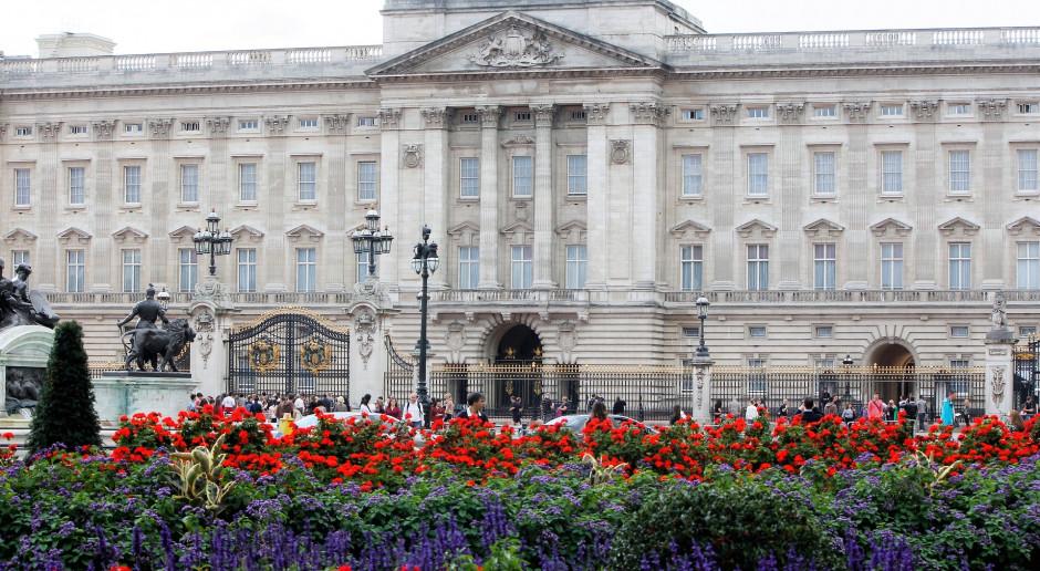 W. Brytania: Przed Pałacem Buckingham Brytyjczycy oddają hołd księciu Filipowi