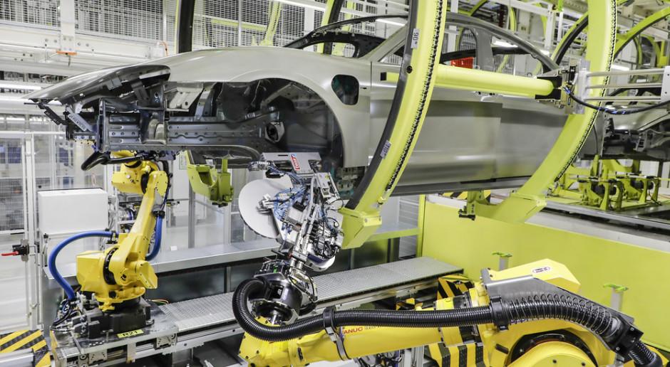 Taśma samoprzylepna zamiast zaślepki – Porsche upraszcza montaż Taycana