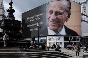 W. Brytania: Trumna z ciałem księcia Filipa opuszczona do królewskiej krypty