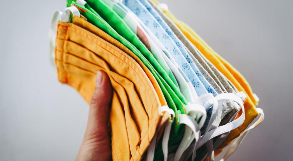 USA: Miesiąc po zniesieniu obowiązku noszenia masek, wielu Amerykanów nadal je nosi