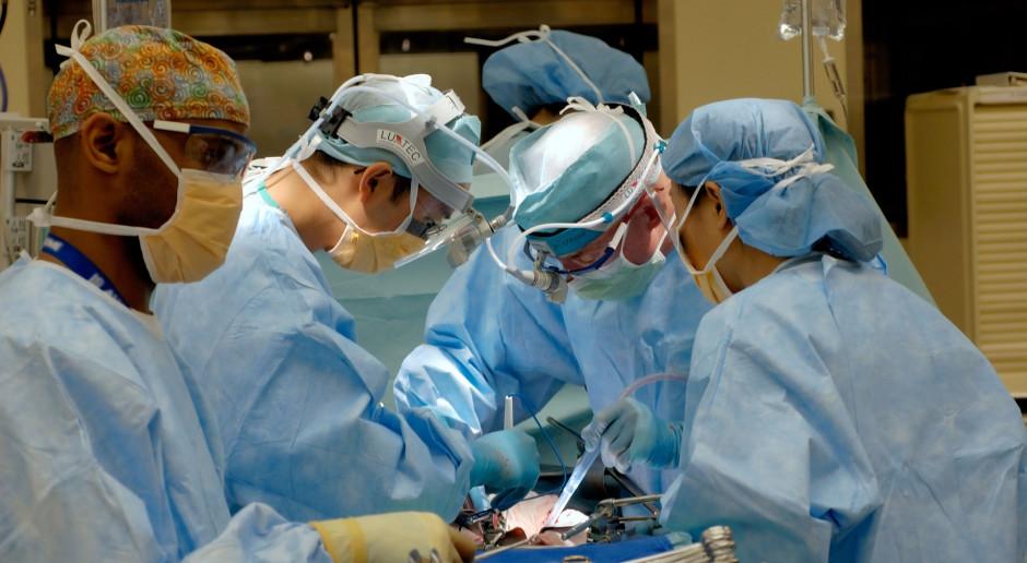 Francja: Protest lekarzy-stażystów przeciwko nadgodzinom w pandemii koronawirusa