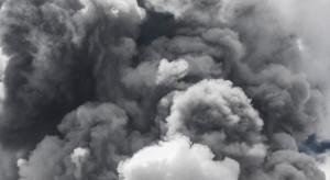 Ogień i dym utrudniają przeszukiwanie ruin apartamentowca na Florydzie