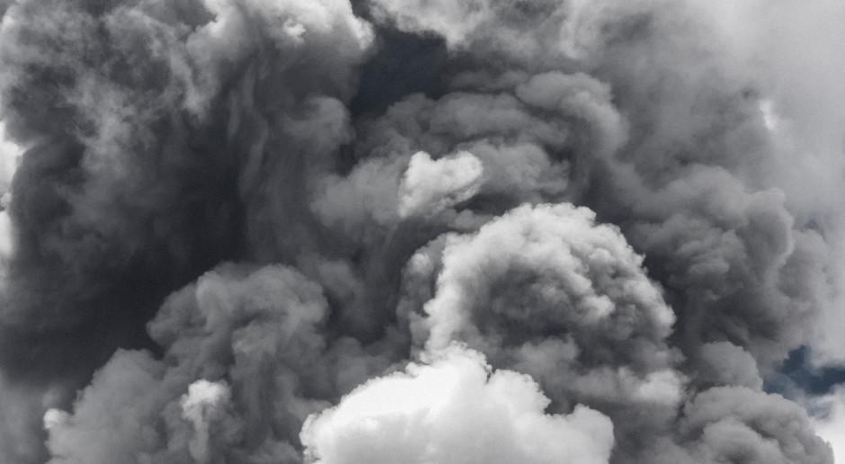 USA: Ogień i dym utrudniają przeszukiwanie ruin apartamentowca na Florydzie