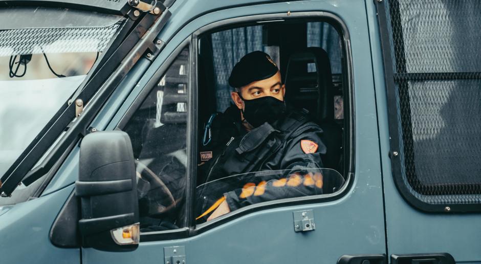 Włochy: Siły porządkowe otoczyły nielegalną imprezę w Lombardii