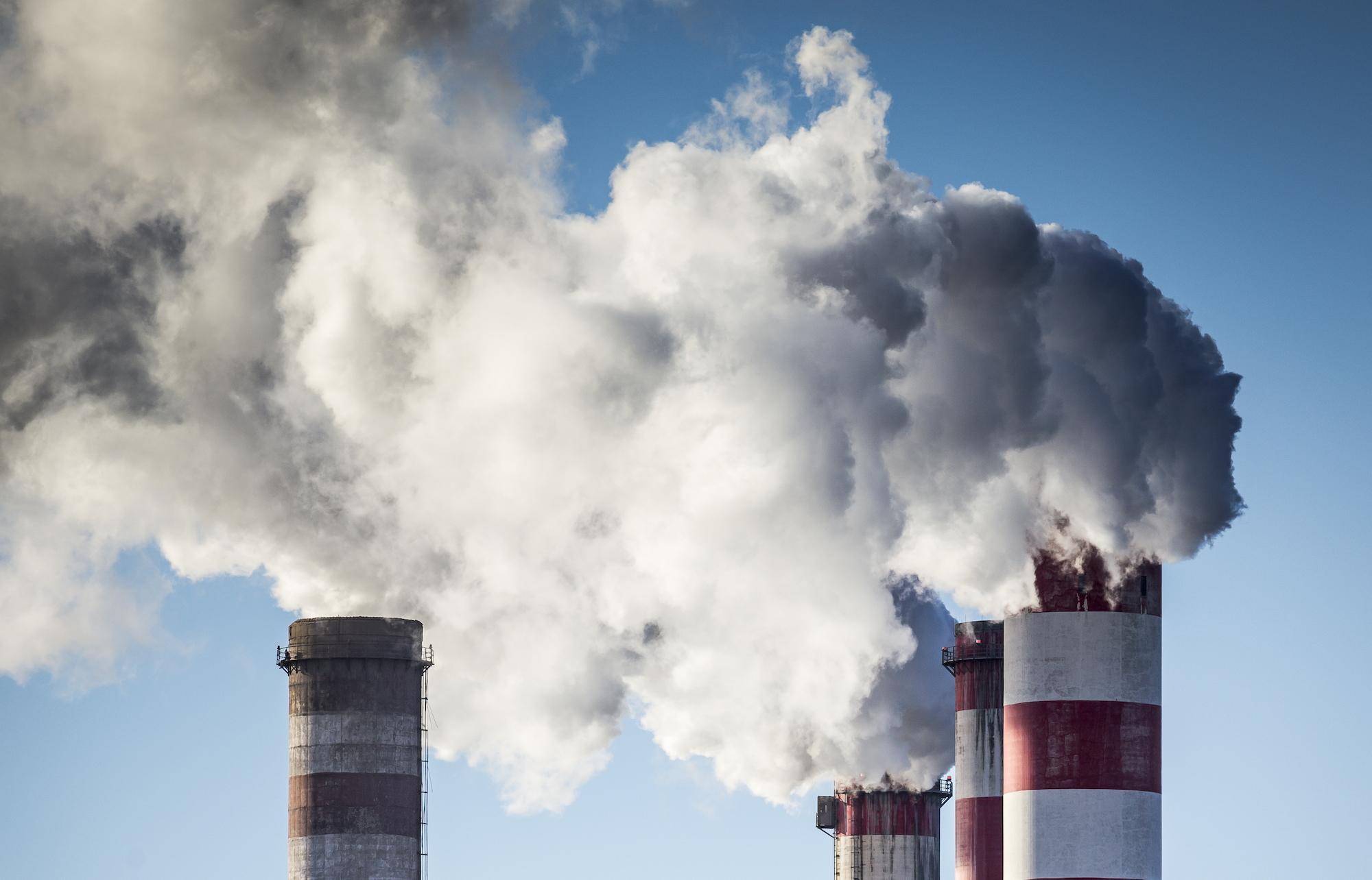 Sprawa emisji CO2 ma coraz większy wpływ na światową gospodarkę (fot. Shutterstock)