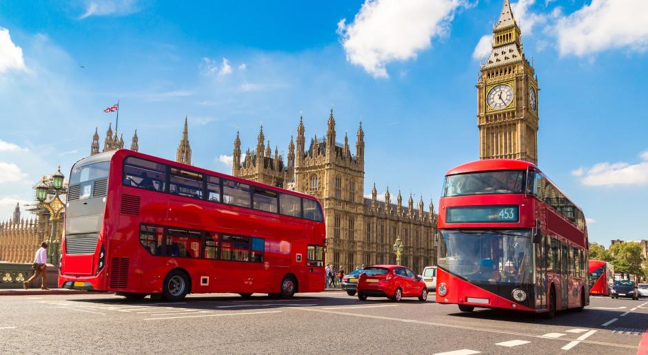 """Chwilowy rozejm w """"wojnie o kiełbaski"""" między Londynem a Brukselą"""