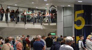 Chaos i kolejki na lotniskach. Wszystko przez... paszporty covidowe