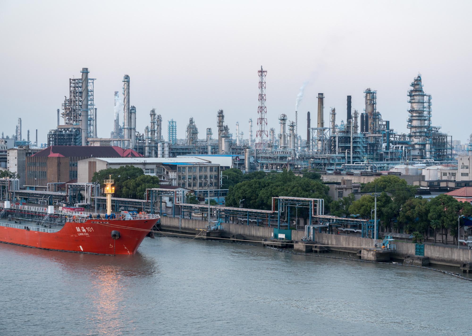 """Jednym z powodów wrogości Pekinu wobec """"czajników"""" jest chęć ochrony sektora państwowego. Na zdjęciu: rafineria Sinopec Fot. Shutterstock"""