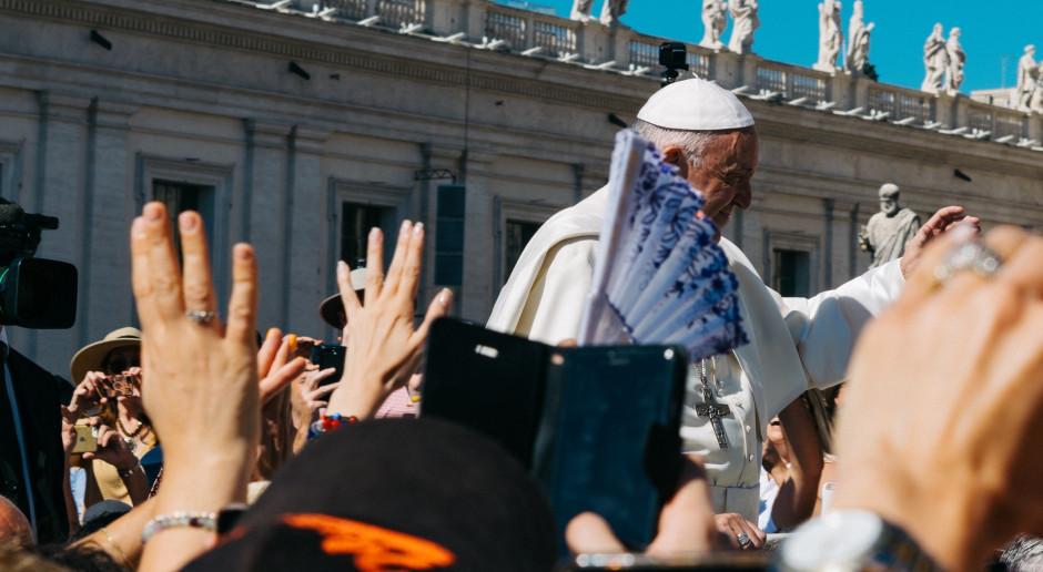 Watykan: Papież kontynuuje kurację i stopniowo wraca do pracy
